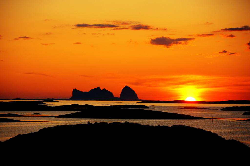 Midnight sun at the Arctic coast of Norway. Photo by Tofoto, Nordnorsk Reiseliv
