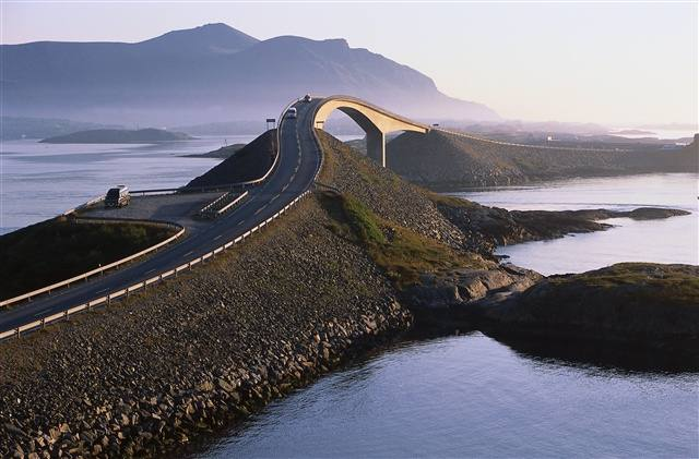 The Atlantic Ocean road. Photo by Terje Rakke, Nordic Life/Innovation Norway