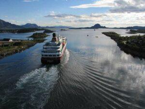Cruise along the Helgeland Coast by Hermod-Sture Dreias, Hurtigruten