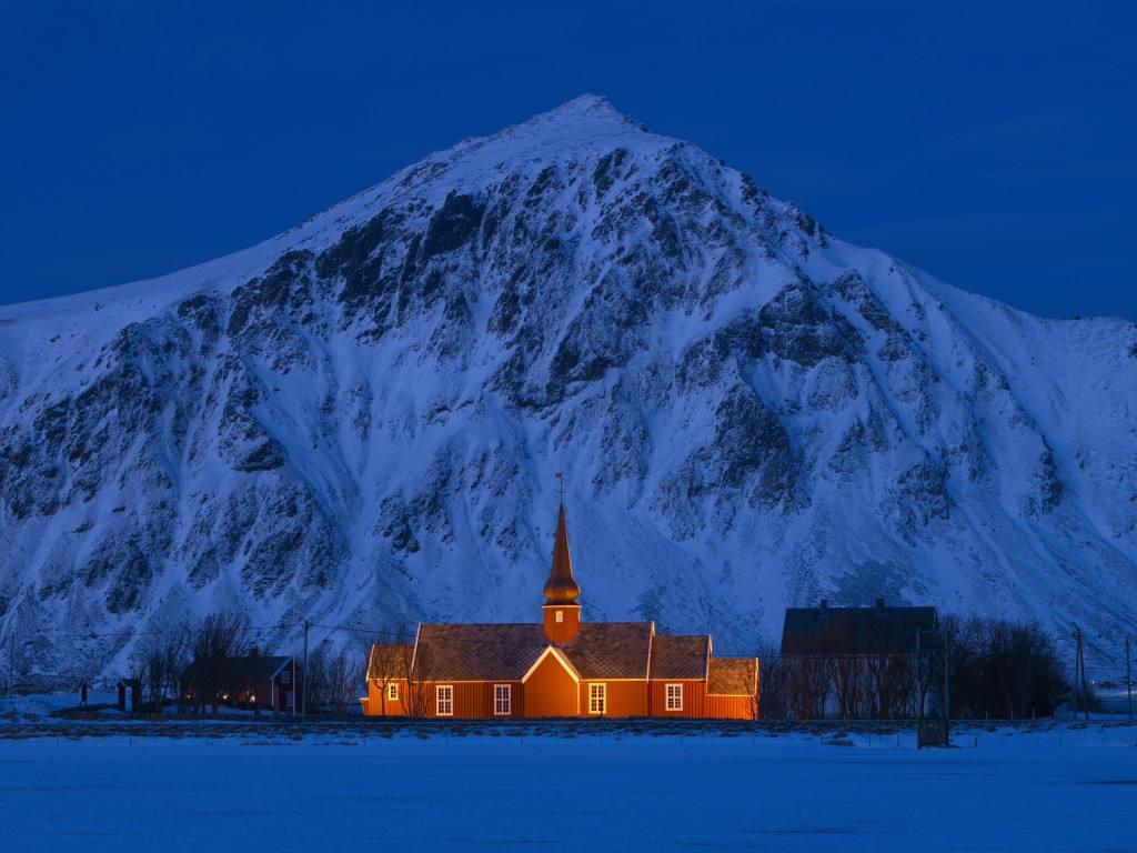 Winter on the Lofoten Islands. Photo by Baard Loeken, Nordnorsk Reiseliv