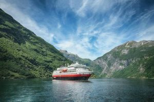 Hurtigruten in Geirangerfjord. Photo by Agurtxane Concellon / Hurtigruten.