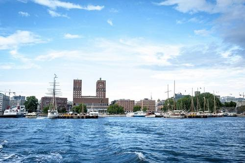 Oslo City Hall seen from the water by VisitOSLO/Thomas Johannessen
