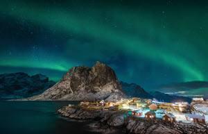 Magic Northern Lights on Lofoten Islands by Stian Klo, Hurtigruten